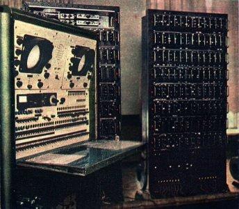 Pierwszy polski komputer XYZ (źródło: wikipedia.pl)